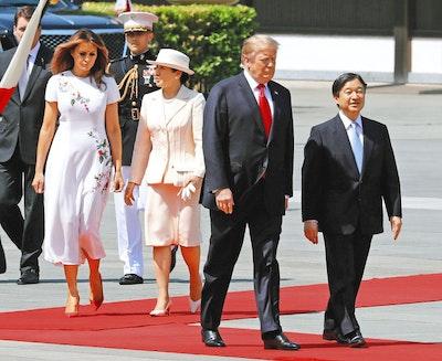 トランプ大統領らと歩く両陛下